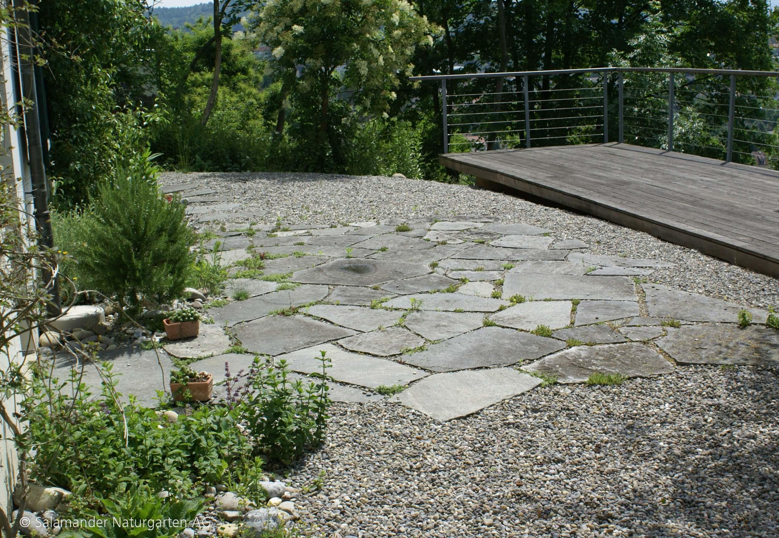 Kiesplatz mit Steinplatten und Gewürzen