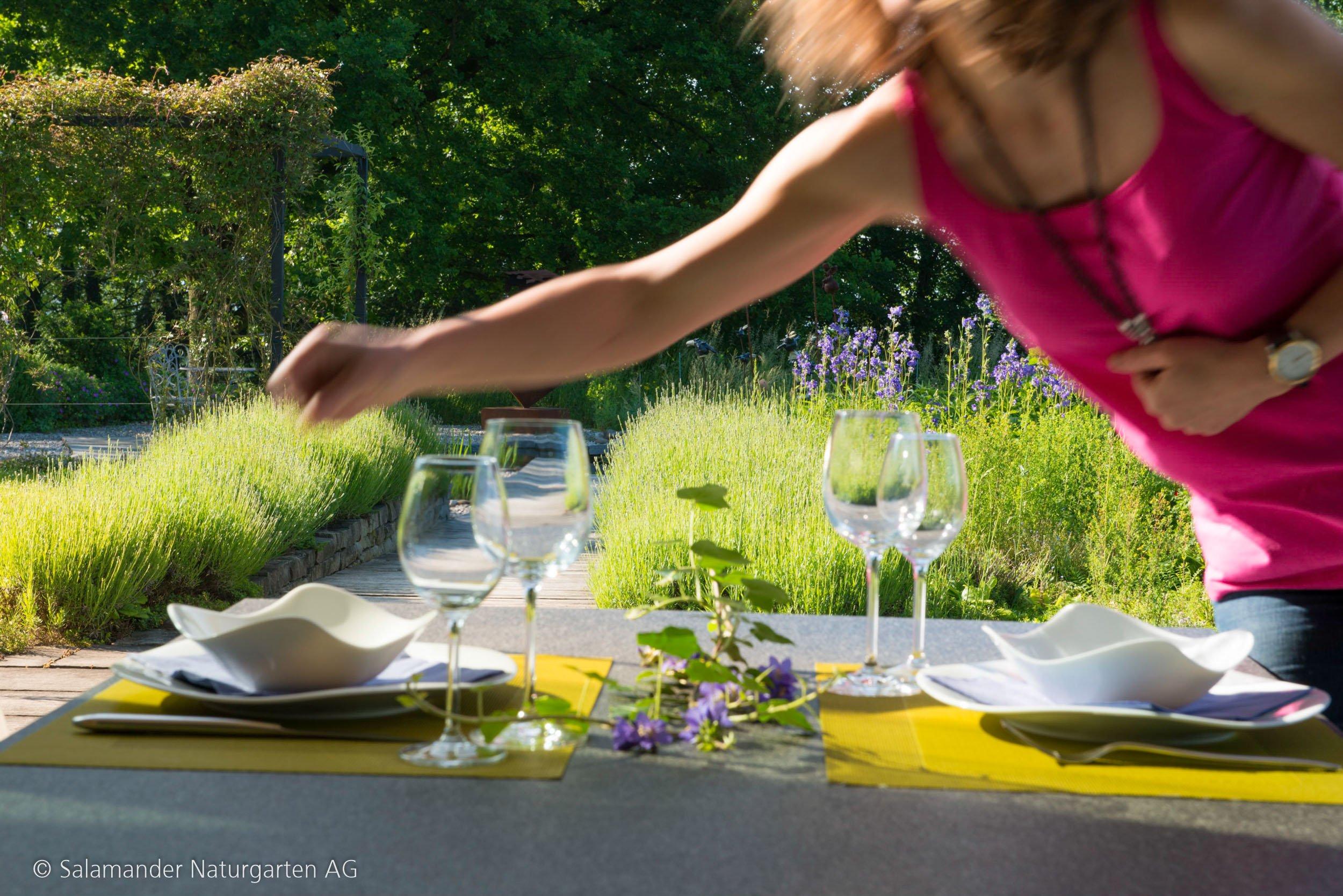 Dekorationen auf dem Gartentisch