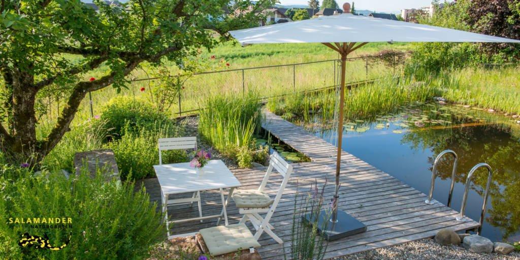 natürlich baden Naturbad Schwimmteich Holzdeck Gartenidylle