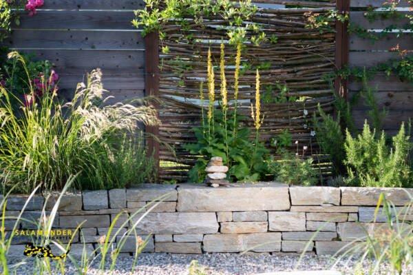 Natursteinmauer Trockenmauer im Bilderbuch-Naturgarten