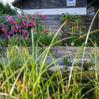 Bilderbuch-Naturgarten mit Natursteinmauer aus Luserna Gneis