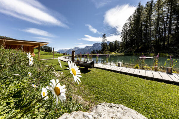 Badesee in Ftan Graubünden Unterengadin Lai da Padnal Holzsteg Bergpanorama