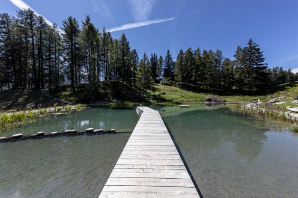 Badesee in Ftan Graubünden Unterengadin Lai da Padnal Holzsteg