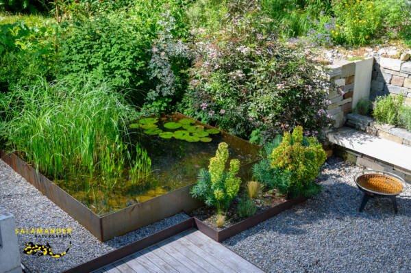 Hinterhofgarten Wasserbecken roher Stahl